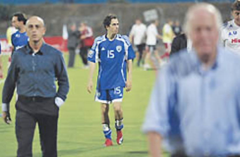 Benayoun leaves the pitch Saturday alongside coach (photo credit: Photo: Asaf Kliger)