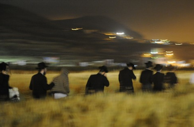 Jewish worshippers enter Nablus illegally.
