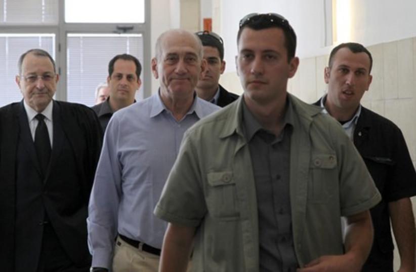 Ehud Olmert arrives at J'lem court for trial