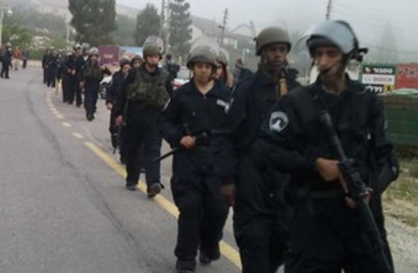 Police entering Yitzhar settlement 311 (photo credit: Hakol Hayehudi)