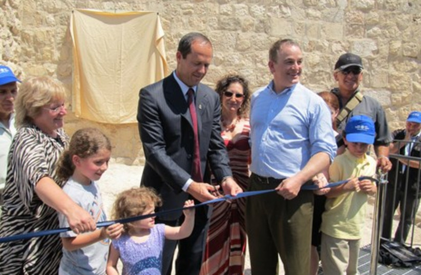 Mayor Nir Barkat inaugurates the new site.