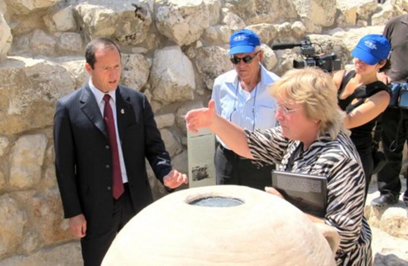 Dr. Mazar explains part of site to Nir Barkat.