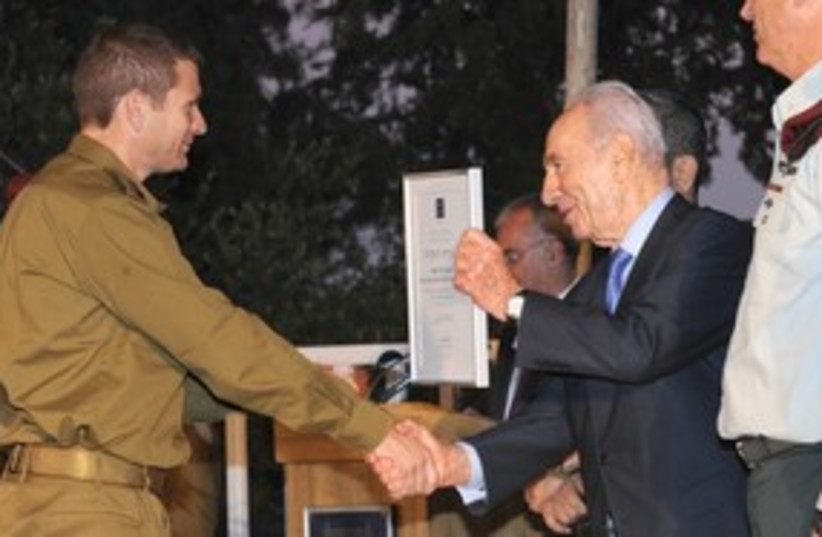 Shimon Peres and reservists_311 (photo credit: GPO)