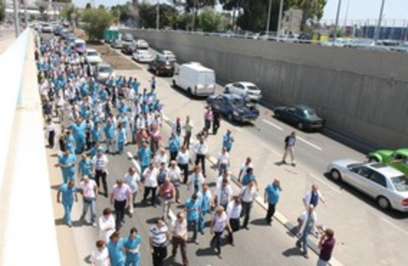Rambam doctors strike march 311 (photo credit: Piotr Fliter)