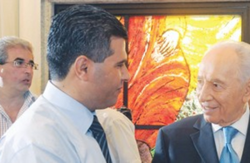 Peres greets Arab journalist 311 (photo credit: GPO)