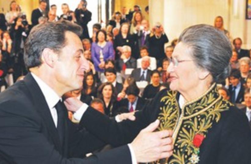 Sarkozy greets Simone Veil (photo credit: REUTERS)