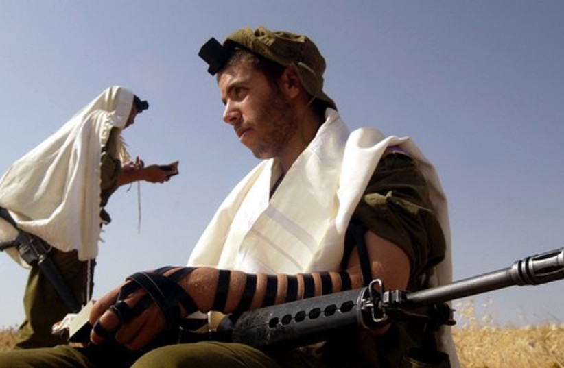 Religious haredi IDF soldiers praying 521 (R) (photo credit: REUTERS)