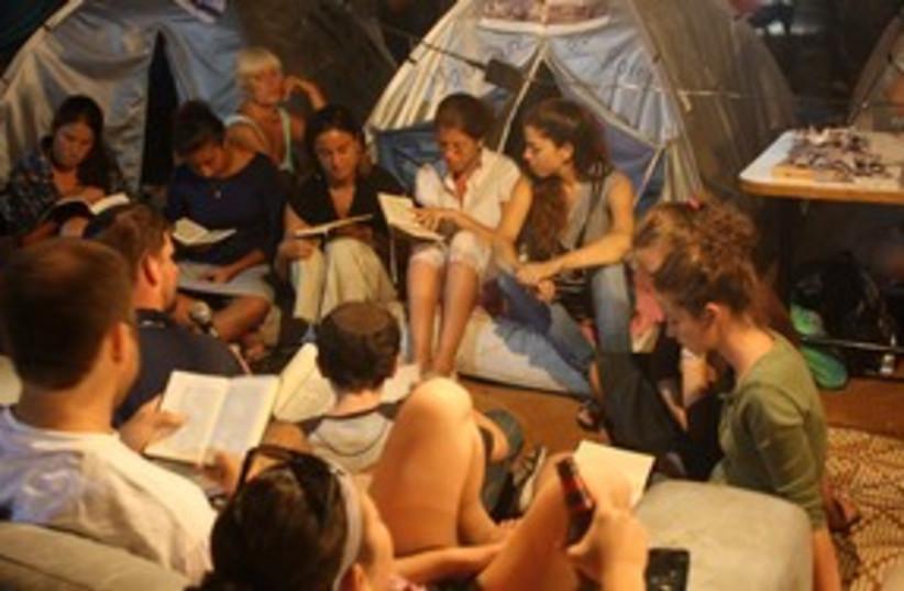 people holding study sessions for tisha b'av 311 (photo credit: Ben Hartman)
