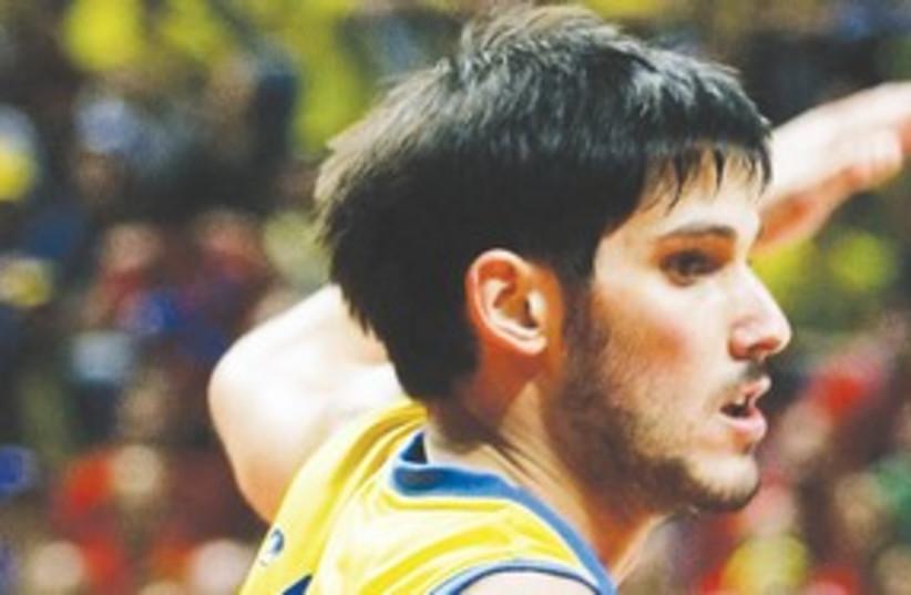 Omri Casspi in Maccabi TA uniform 311 (R) (photo credit: Reuters)