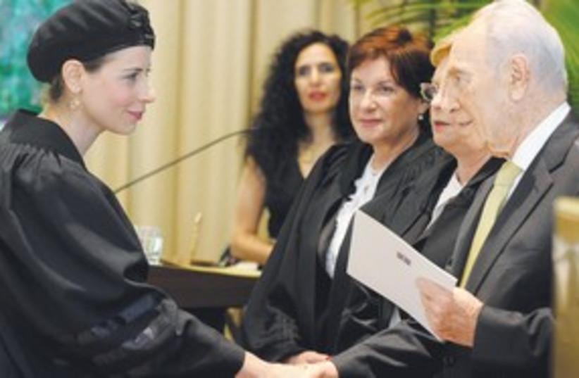 Shimon Peres congratulates311 (photo credit: Moshe Milner/GPO)