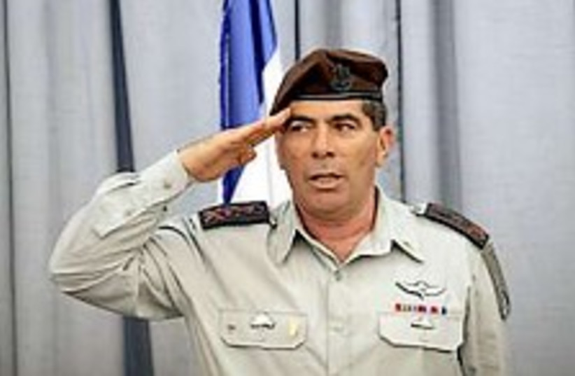 ashkenazi salutes 224.88 (photo credit: Ariel Jerozolimski )