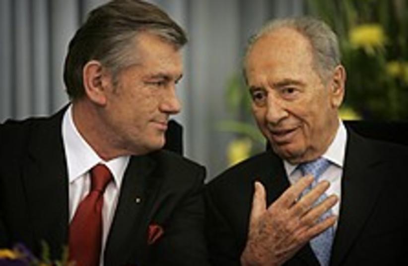 yushchenko peres 224 88 (photo credit: AP)
