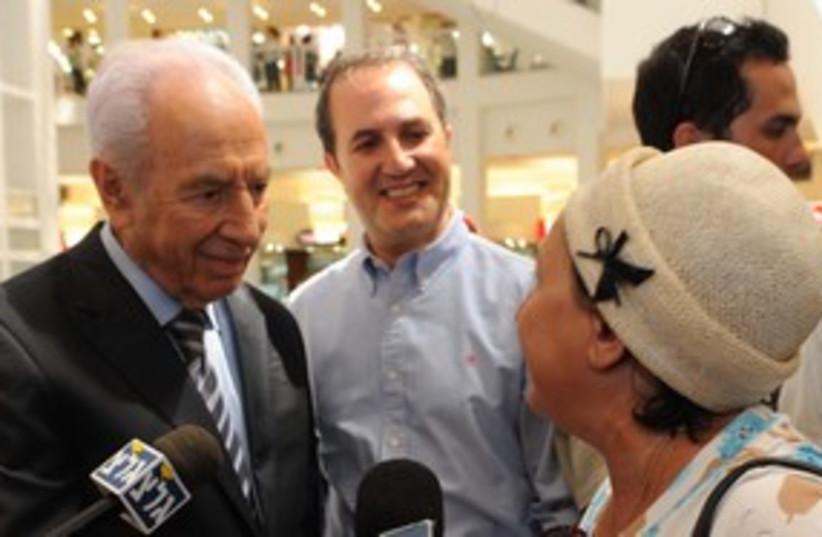 President Shimon Peres visiting Ashdod 311 (photo credit: Marc Neiman / GPO)