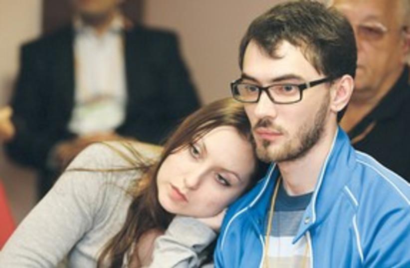 girl leaning on guy (photo credit: Leonid Fridman)