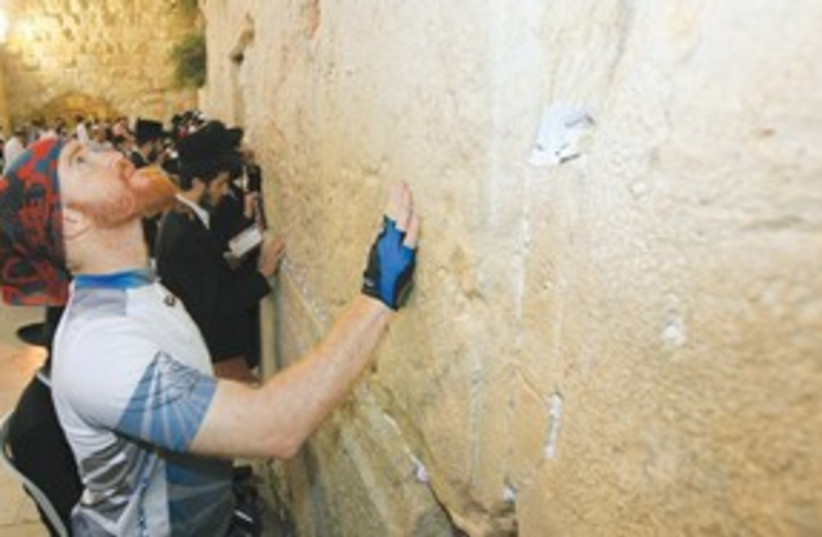 Roei 'Jinji' Sadan completes journey at Kotel 311 (photo credit: Marc Israel Sellem/The Jerusalem Post)