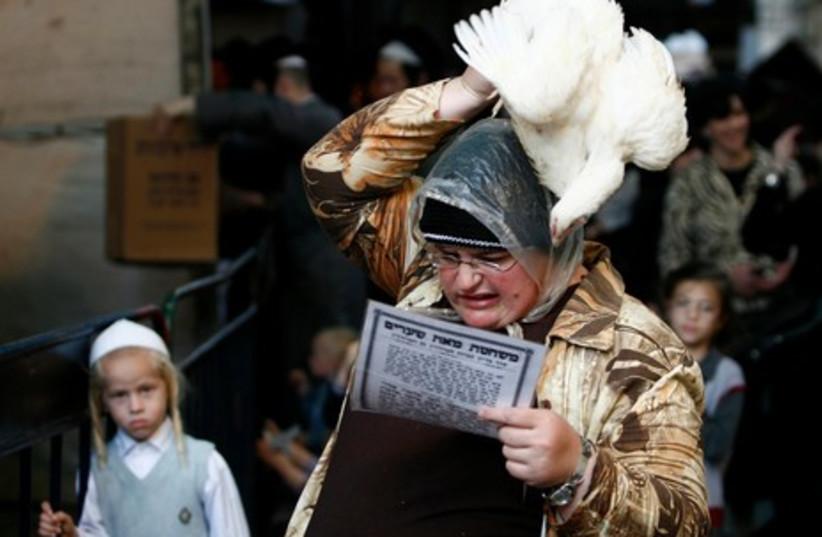 Kapparot ceremonies in Jerusalem GALLERY 465 5 (photo credit: REUTERS/Ammar Awad)