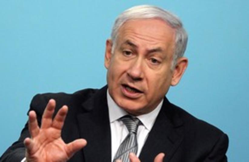 Prime Minister Netanyahu explaining somthing_311 (photo credit: Marc Israel Sellem)
