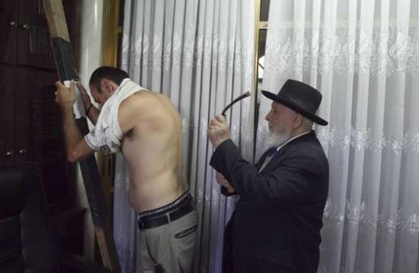 Yom Kippur Malkot ritual 521 (photo credit: REUTERS/Ronen Zvulun)