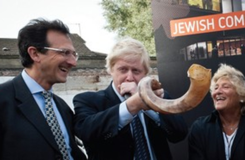 London Mayor Johnson blows the shofar_311 (photo credit: jeremy coleman)