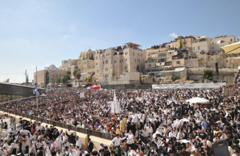 Thousands gather at Kotel for Birkat Hakohanim