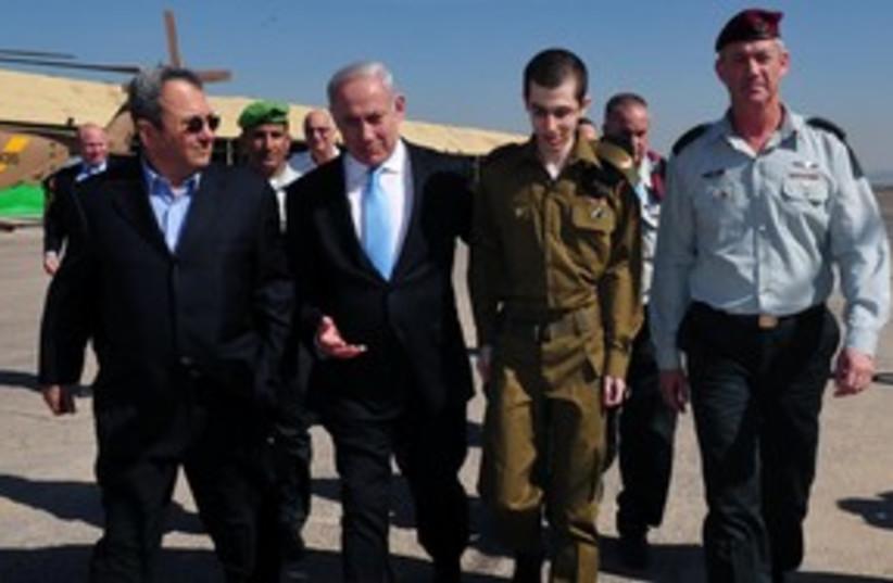 Schalit Netanyahu Barak Gantz 311 (photo credit: Ariel Harmony / Defense Ministry)