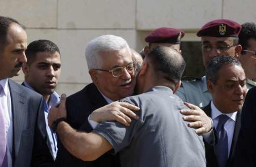 Abbas greets Palestinian prisoners 521 (photo credit: REUTERS/Abed Omar Qusini)