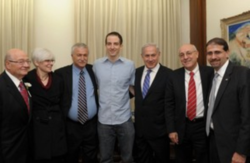 Grapel meets with Netanyahu, mother 311 (photo credit: Amos Ben-Gershom/GPO)
