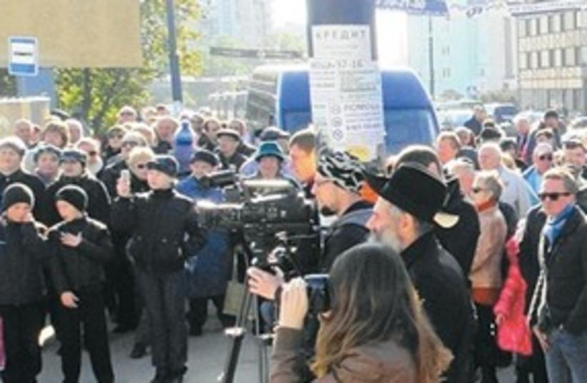 Crowd gather where Konigsberg Synagogue once stood (photo credit: Courtesy of Rabbi David Shvedik)
