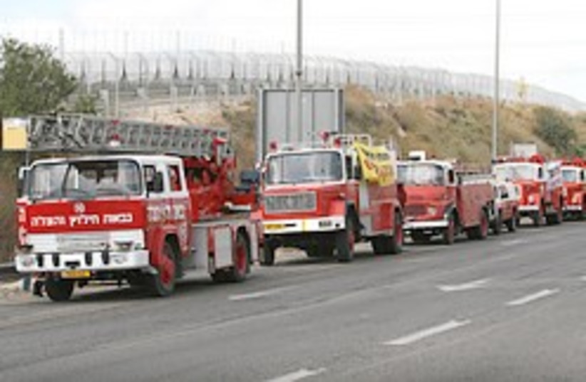 Fire trucks line up on Route 443 on Sunday morning, after police prevented them from carrying out a plan to block traffic into Jerusalem by traveling slowly on major arteries leading into the capital. (photo credit: Ariel Jerozolimski)