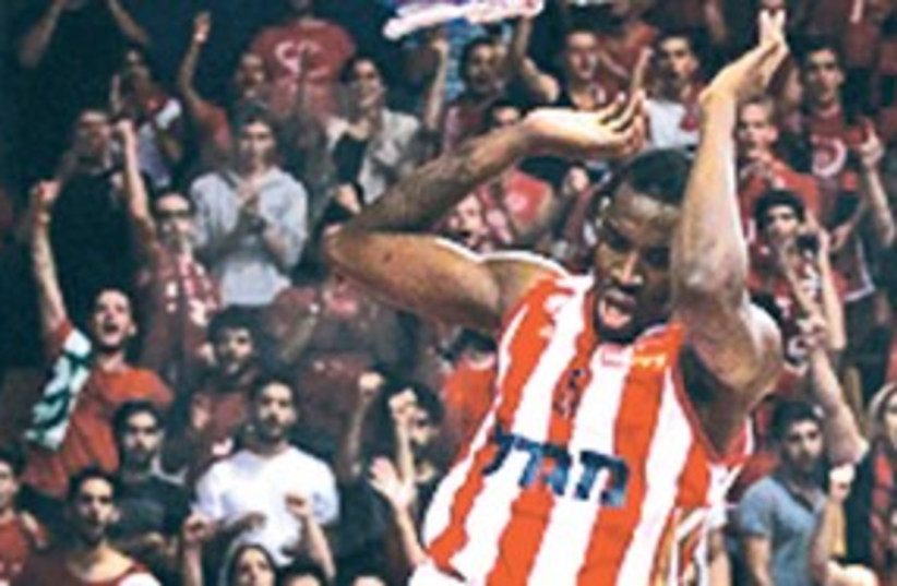 JARVIS VARNADO of Hapoel Jerusalem slams 311 (photo credit: Hapoel Jerusalem website)