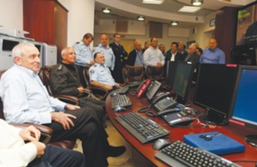 Aharonovitch in emergency control center 311 (photo credit: Public Security Ministry)