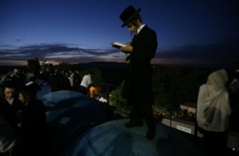 haredi praying on Mount Meron (photo credit: Reuters/Baz Ratner)
