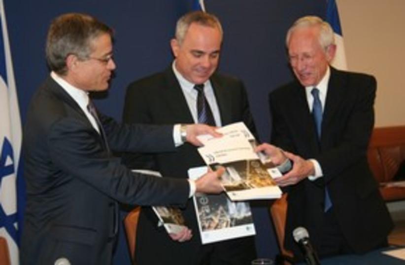 Fischer Steinitz get OECD report 311 (photo credit: Yael Ben Simhon, Finance Ministry)