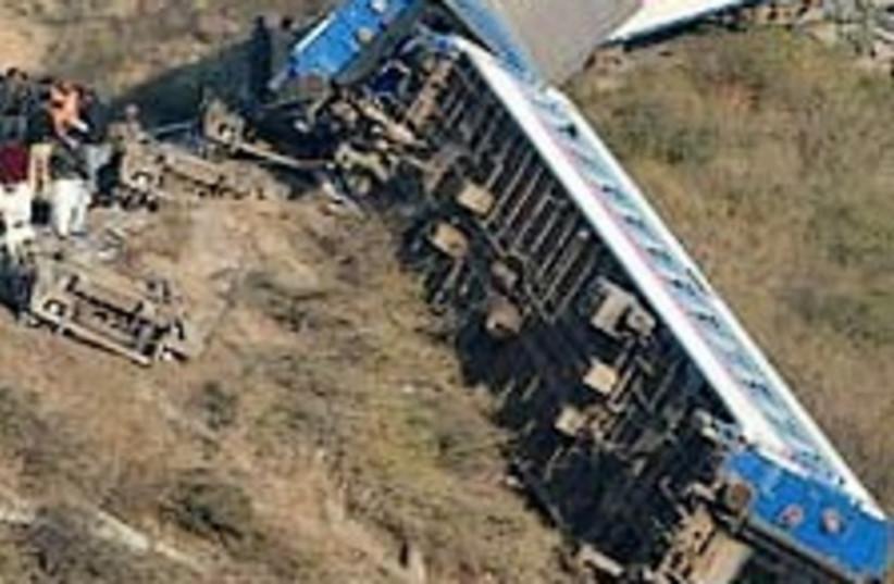 train derails pakistan 2 (photo credit: AP)