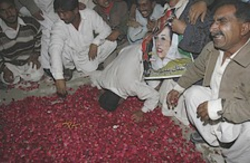 Bhutto mourning 224.88 (photo credit: AP)