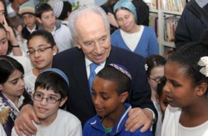 President Peres visits Ethiopian-Israeli students 311 (photo credit: Amos Ben Gershom/GPO)