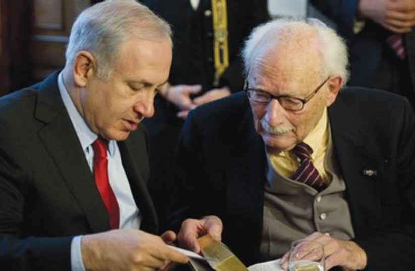 Binyamin Netanyahu talks to Johan van Hulst 390 R (photo credit: REUTERS)