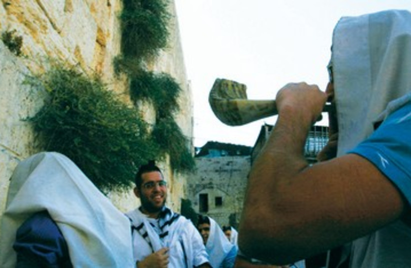 Jew blows shofar at Kotel 390 (photo credit: Baz Ratner/Reuters)