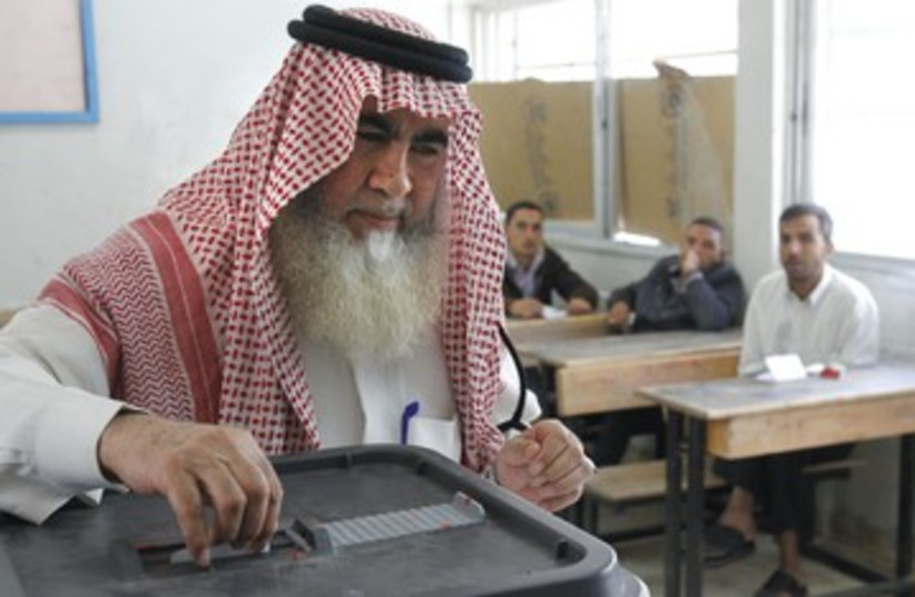 Man votes in Amman 390 (photo credit: Reuters)