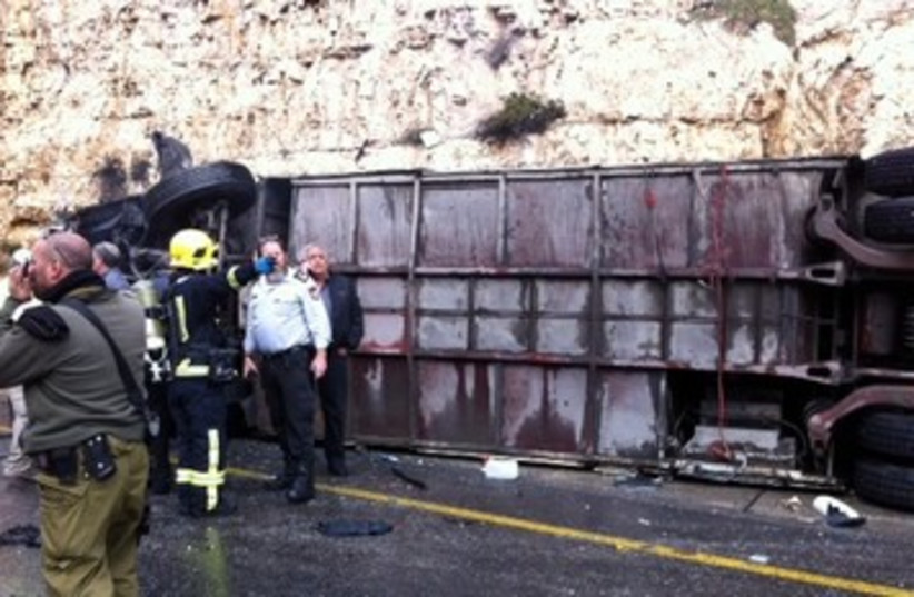 Overturned bus in Jerusalem 390 (photo credit: Shimri Yeret - Aryeh Alter)