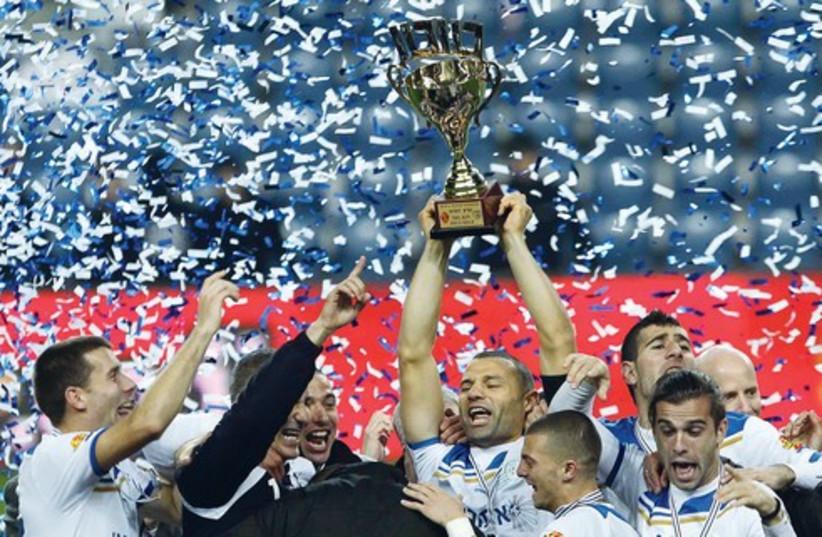 Ironi Kiryat Shmona players lift the Toto Cup 521 (photo credit: Adi Avishai)