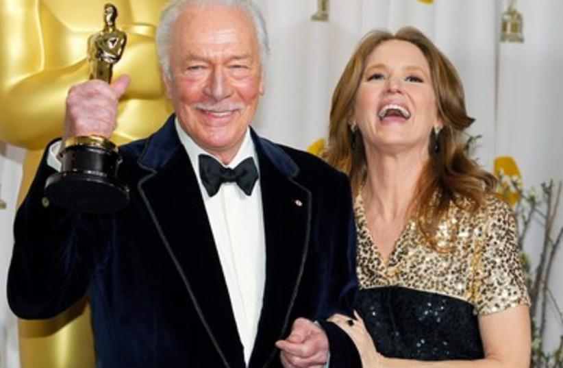 Christopher Plummer, holds his Oscar