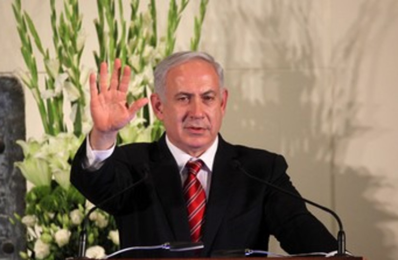 Netanyahu waves 370 (photo credit: Marc Israel Sellem)
