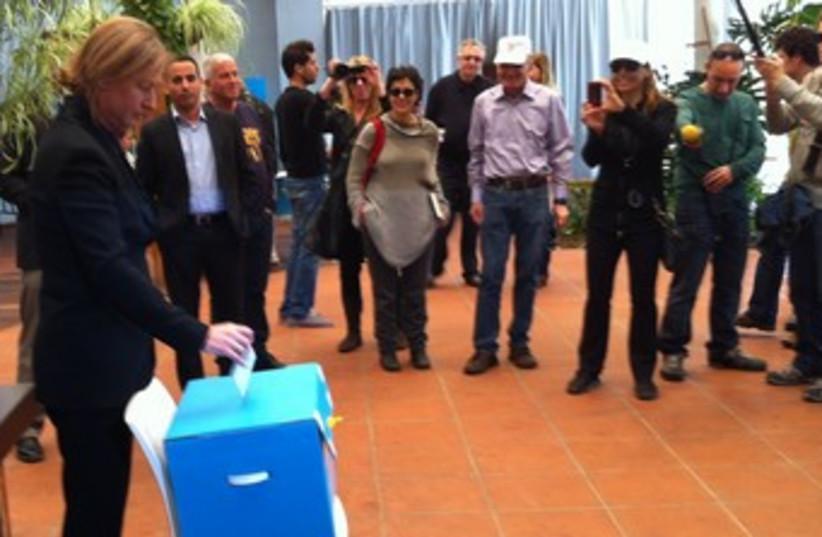 Tzipi Livni casts her Kadima primary vote in Tel Aviv 370 (photo credit: LAHAV HARKOV)