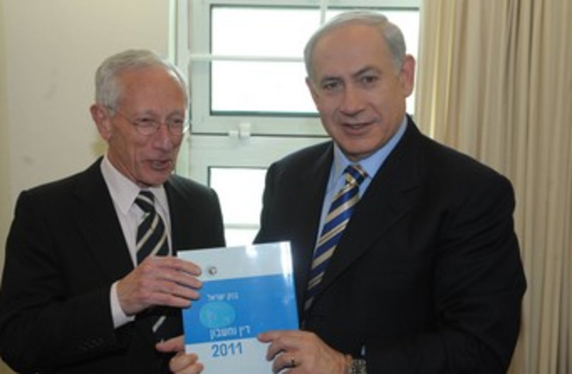 Fischer and Netanyau hold central bank's annual report 370 (photo credit: GPO)