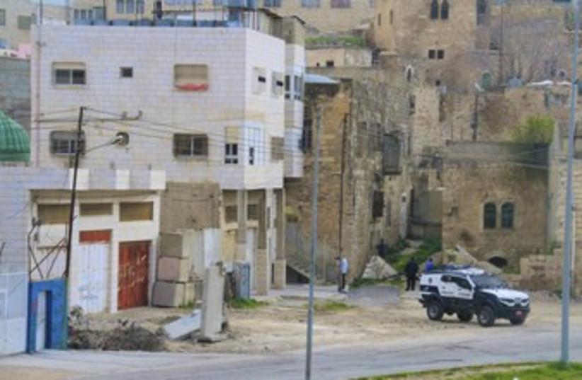 Settlers enter building in Hebron 370 (photo credit: TOVAH LAZAROFF)