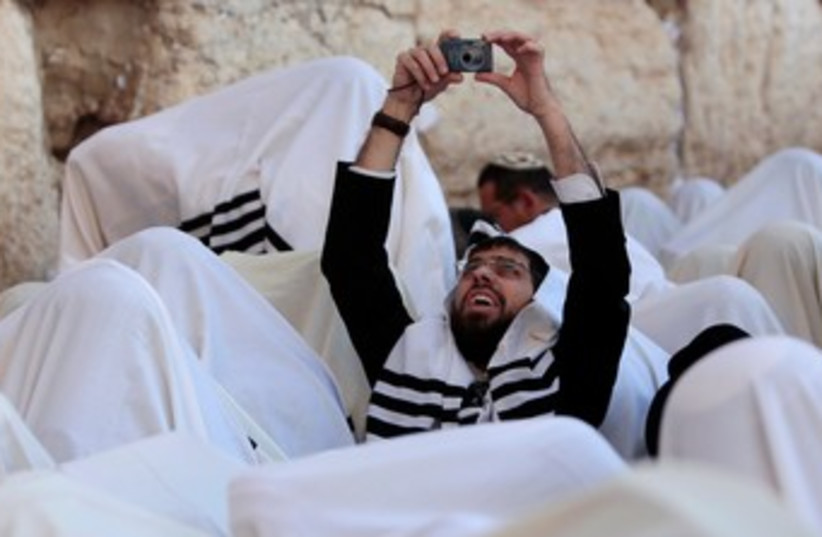 Worshipers at Western Wall for priestly blessing 370 (R) (photo credit: REUTERS/Darren Whiteside)