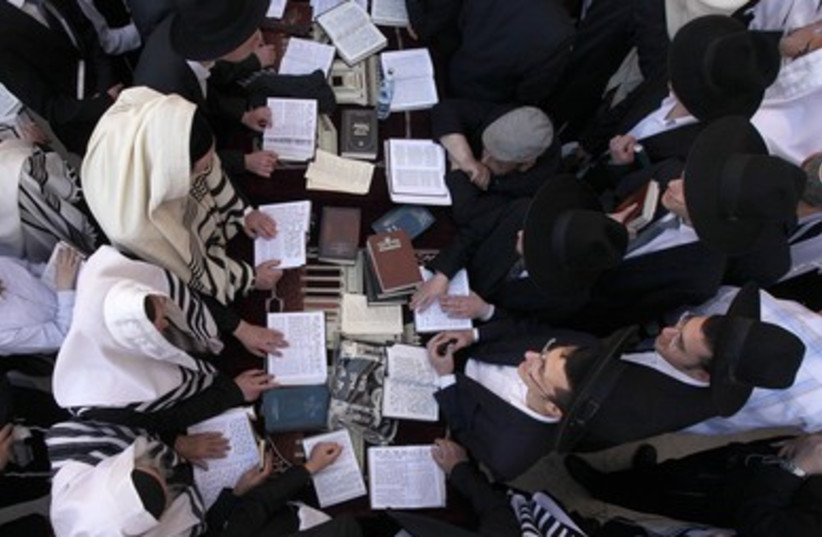 Worshipers at Western Wall for priestly blessing