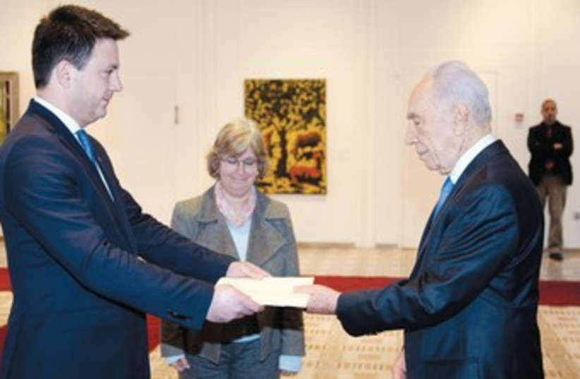 GEORGIAN AMBASSADOR to Israel Archil Kekelia and Peres (photo credit: Georgian embassy)