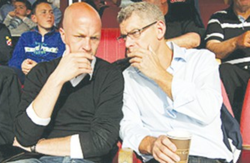 New Maccabi Tel Aviv sporting director Jordi Cruyff (left (photo credit: Maccabi Tel Aviv website)